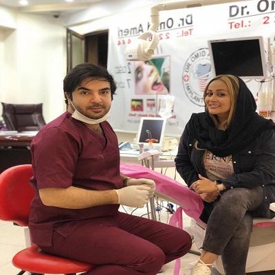 دکتر امید عامری در مطب دندانپزشکی با بیمار